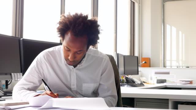 vídeos y material grabado en eventos de stock de ms businesspeople working at workstations in office - un solo hombre de mediana edad