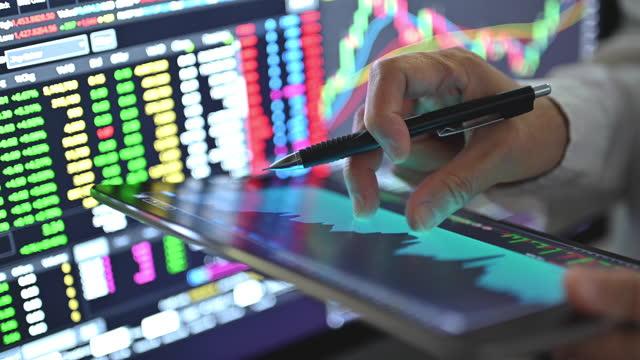 vídeos y material grabado en eventos de stock de businesssman usando chart y gráfico para operar en acciones y criptomonedas después de que los negocios blobal van a bullmarket después de la recesión - finance