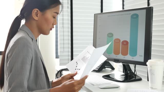 vídeos de stock e filmes b-roll de businesswoman analyzing data - documento