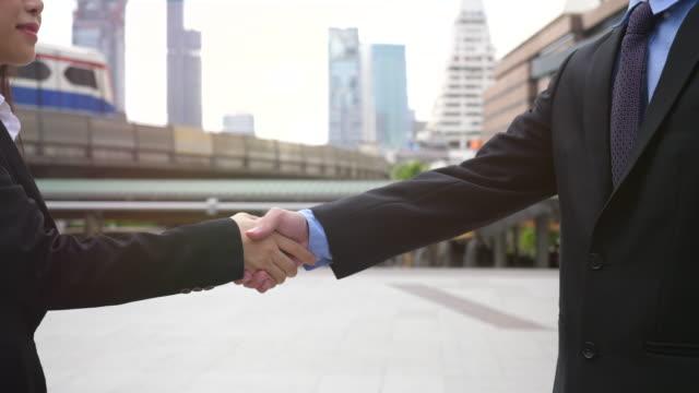 Geschäftsfrau und Geschäftsfrau schütteln Hände
