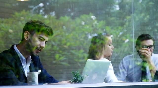 affärskvinna och man har diskussion. När man dricker kaffe på lunchrast.