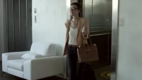 vídeos de stock, filmes e b-roll de businesswoman arriving at reception counter in hotel - mala de rodinhas