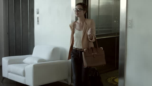 businesswoman arriving at reception counter in hotel - 受付係点の映像素材/bロール