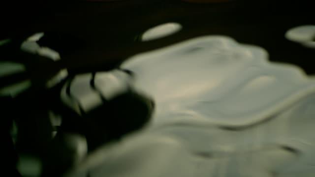 geschäftsfrau, die ankunft in einem luxuriösen wellnesshotel - terrasse grundstück stock-videos und b-roll-filmmaterial
