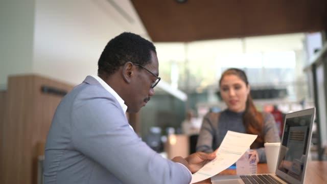 imprenditrice in arrivo a colloquio di lavoro incontro con hr manager - colloquio di lavoro video stock e b–roll