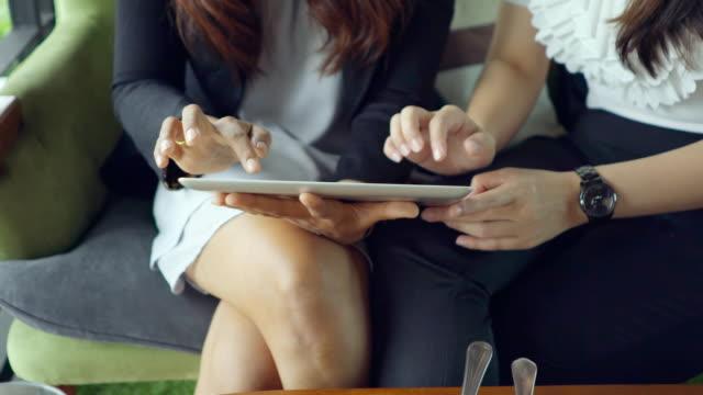 vídeos de stock e filmes b-roll de mulher de negócios, assistindo cliente no restaurante - feira de emprego