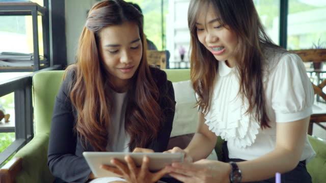 vídeos de stock e filmes b-roll de mulher de negócios, assistindo cliente com um comprimido de - feira de emprego