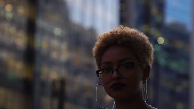 geschäftsfrau in großstadt - abwarten stock-videos und b-roll-filmmaterial