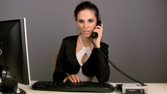 vídeos de stock, filmes e b-roll de hd: mulher de negócios na mesa - 50 seconds or greater