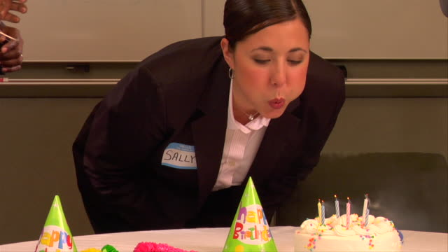 vídeos de stock e filmes b-roll de cu, td, tu, businesswoman blowing candles on birthday cake in conference room - camisa e gravata