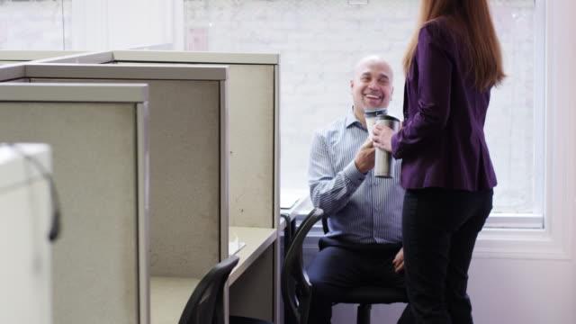 businesswoman bringing coffee to co-worker at cubicles - ge bildbanksvideor och videomaterial från bakom kulisserna