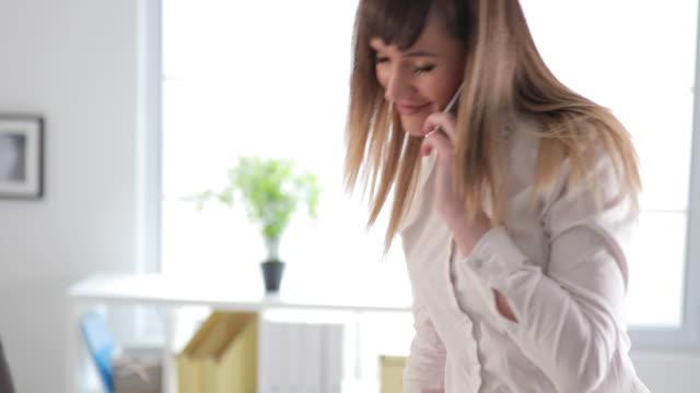 Geschäftsfrau, die einen Bericht
