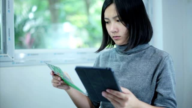 vídeos y material grabado en eventos de stock de mujer de negocios en tableta digital verificación de cuenta - hoja de cálculo