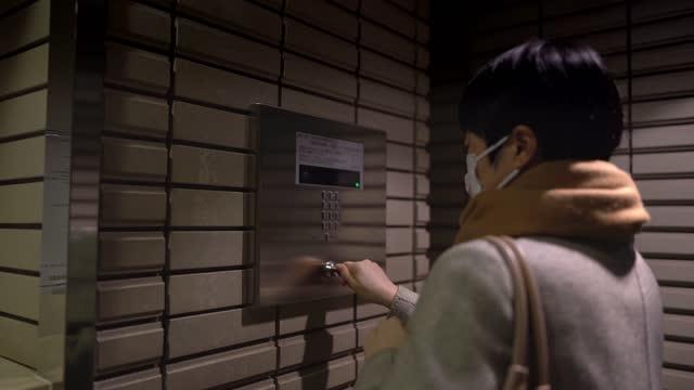 仕事の終わりに家に帰ってくるビジネスウーマン - 建物入口点の映像素材/bロール