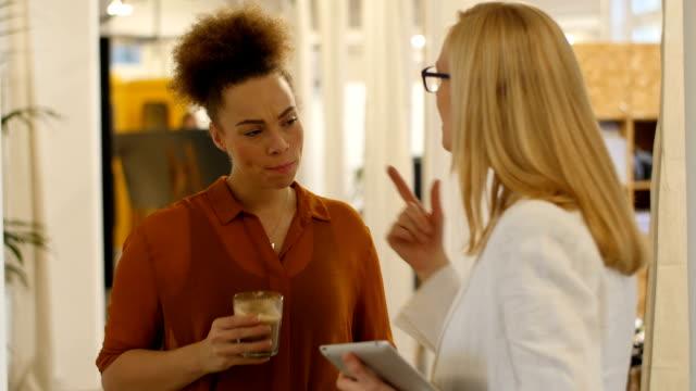 Zakenvrouw communiceren met collega kop koffie