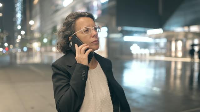 vidéos et rushes de femme d'affaires se déplaçant pendant le temps de covid-19 - femmes d'âge moyen