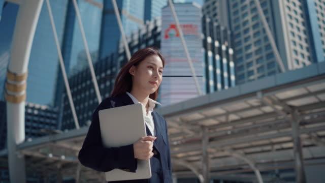 vidéos et rushes de femme d'affaires se déplaçant au travail - voyage d'affaires