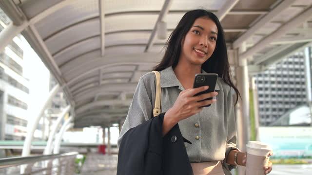 vídeos de stock e filmes b-roll de businesswoman commuting to work - transporte público