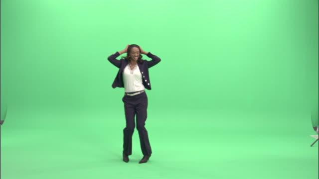 vídeos y material grabado en eventos de stock de ws, businesswoman dancing in studio - encuadre de cuerpo entero