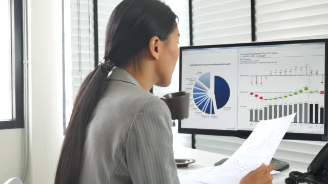 stockvideo's en b-roll-footage met zakenvrouw ontwikkelen van een zakelijk project en analyseren van marktgegevens - financieel item