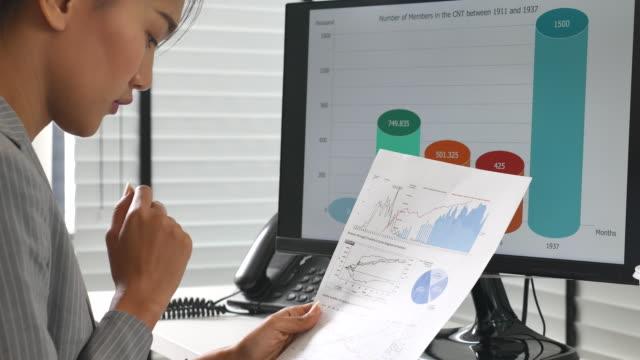 vídeos de stock, filmes e b-roll de mulher de negócios que desenvolve um projeto de negócio e que analisa dados do mercado - e commerce