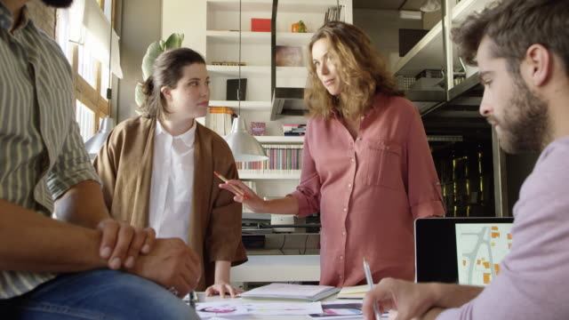 vídeos de stock e filmes b-roll de businesswoman discussing over documents in meeting - colega de trabalho