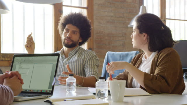 vídeos de stock, filmes e b-roll de mulher de negócios a discutir com o colega em reunião - três pessoas