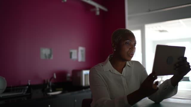 geschäftsfrau macht einen videoanruf auf digitalem tablet bei der arbeit - einzelne frau über 40 stock-videos und b-roll-filmmaterial