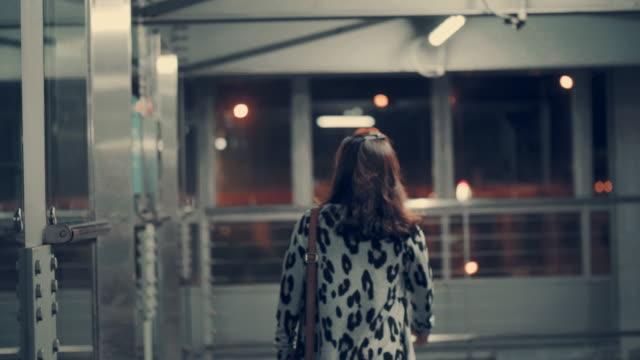 vídeos de stock e filmes b-roll de businesswoman entering elevator - esperar