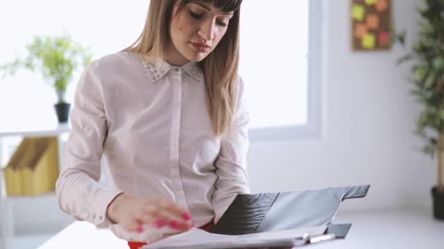 Geschäftsfrau prüfen Dokumente