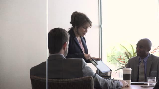 vídeos y material grabado en eventos de stock de businesswoman explaining pie chart to colleagues during presentation in board room - diagrama circular