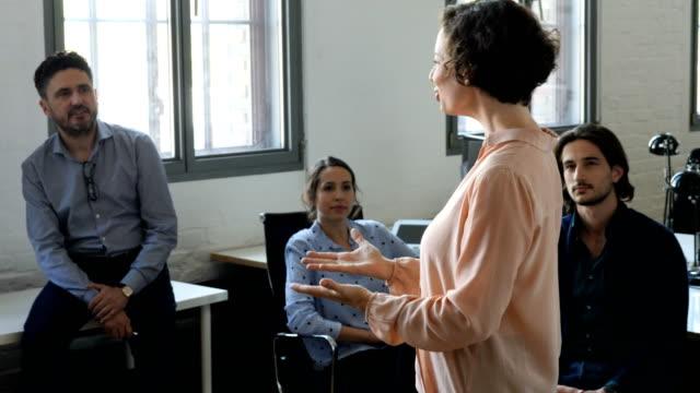 geschäftsfrau erklären strategie, kollegen - arbeitskollege stock-videos und b-roll-filmmaterial