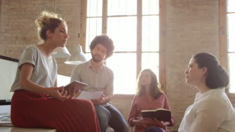 vídeos y material grabado en eventos de stock de empresaria explicando la estrategia a compañeros de trabajo - confianza en sí mismo