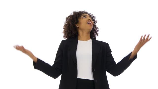 vidéos et rushes de businesswoman expressing surprise and disbelief - une seule femme d'âge moyen
