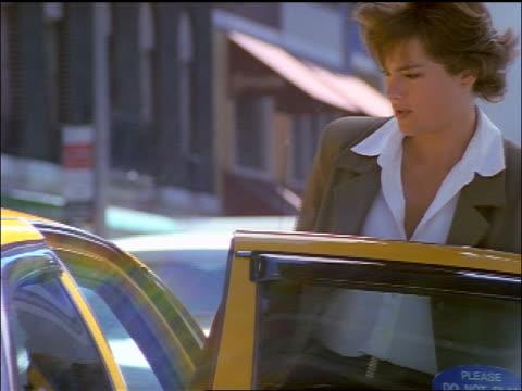 vídeos de stock e filmes b-roll de businesswoman getting into taxicab / nyc - trabalhadora de colarinho branco