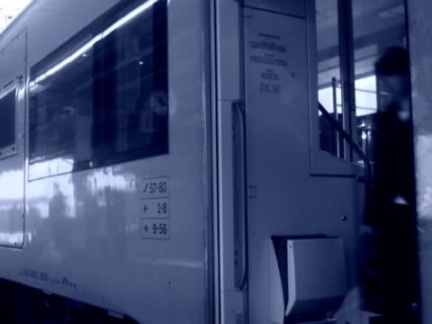 vídeos de stock e filmes b-roll de businesswoman getting off a train sweden. - trabalhadora de colarinho branco