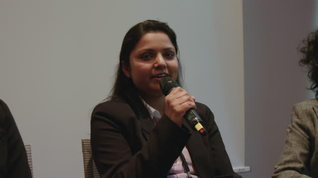 affärskvinna som ger tal under seminariet - konferens bildbanksvideor och videomaterial från bakom kulisserna