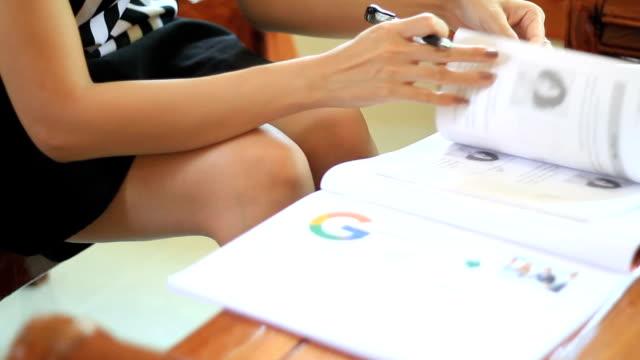 Affärskvinna handslag på affärsidé office arbetssätt