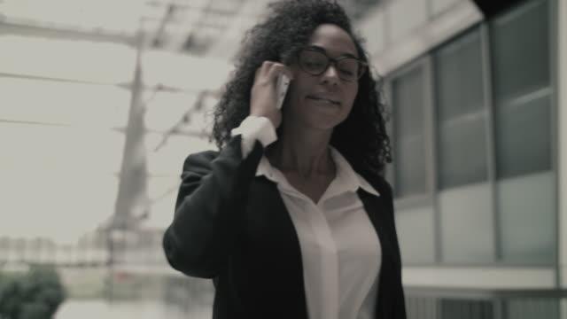 stockvideo's en b-roll-footage met businesswoman having argument on cell phone - zwart jak
