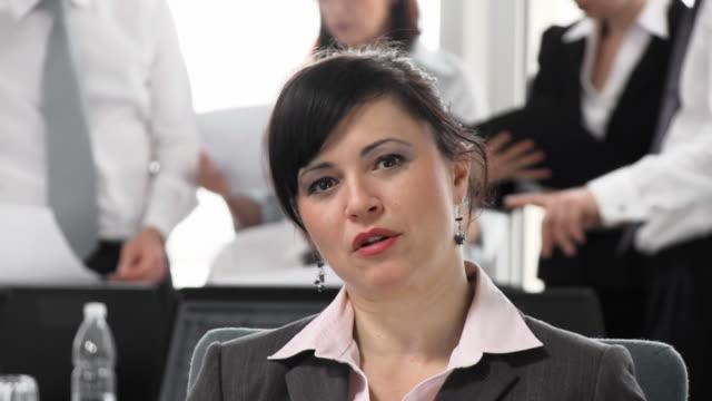 vídeos de stock, filmes e b-roll de hd: empresária tendo videoconferência - recrutamento