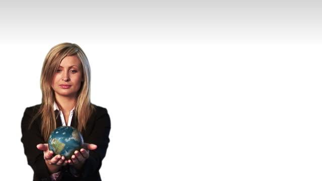 vídeos y material grabado en eventos de stock de ms, composite, businesswoman holding rotating globe - manos ahuecadas