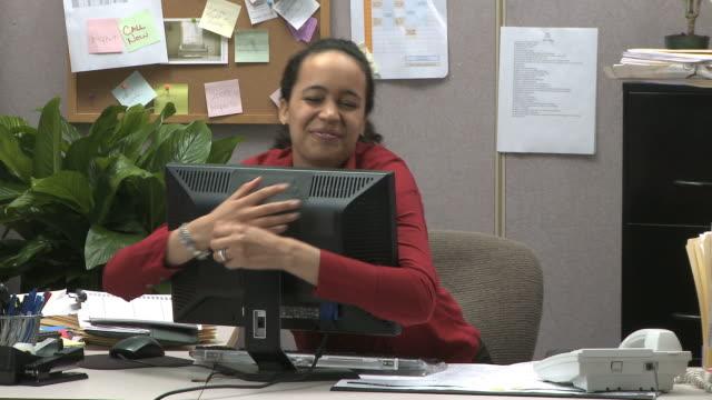businesswoman hugging her computer - 歐瑞 個影片檔及 b 捲影像