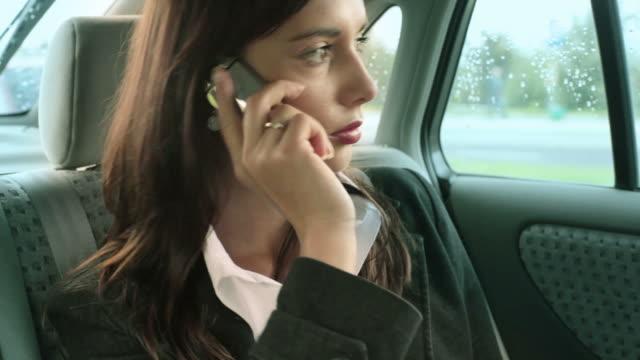 Femme d'affaires dans une voiture