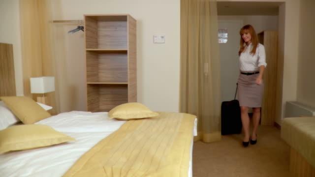 DOLLY HD: Mujer de negocios en un Hotel