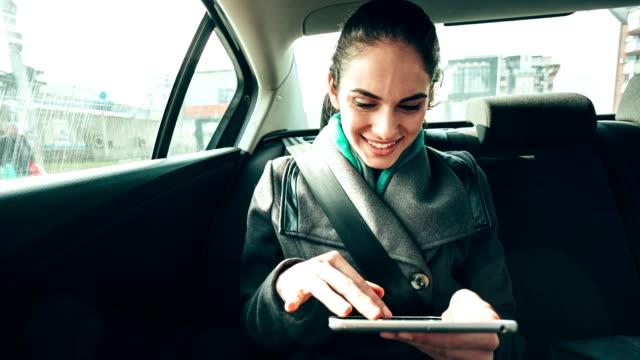 vídeos de stock, filmes e b-roll de empresária em carro - personas de negocios