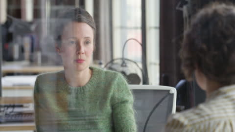 stockvideo's en b-roll-footage met ms businesswoman in discussion with coworker in office - discussie