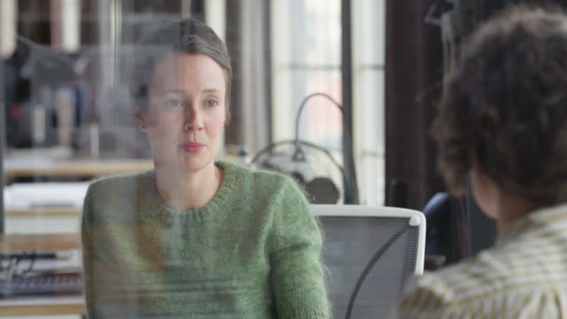 vidéos et rushes de ms businesswoman in discussion with coworker in office - directeur