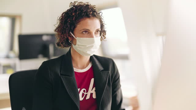 vídeos y material grabado en eventos de stock de businesswoman in face mask working at computer in office - una mujer de mediana edad solamente
