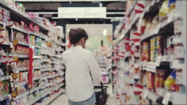 vídeos de stock, filmes e b-roll de empresária em mercearia - etiqueta mensagem