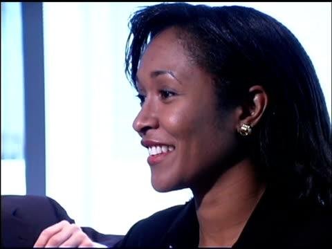 businesswoman in meeting - einzelne frau über 30 stock-videos und b-roll-filmmaterial